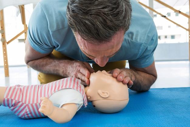 救急救命士がダミーに酸素を吹き込む