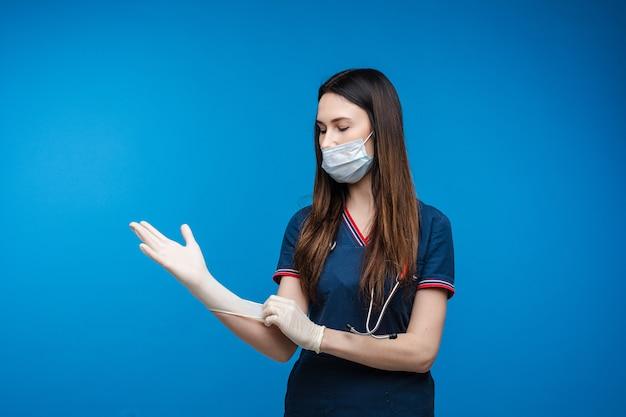 ラテックス手袋を着用してマスクの救急救命士。