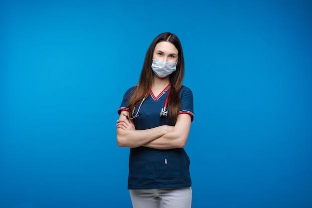 腕を組んで制服を着た救急救命士。