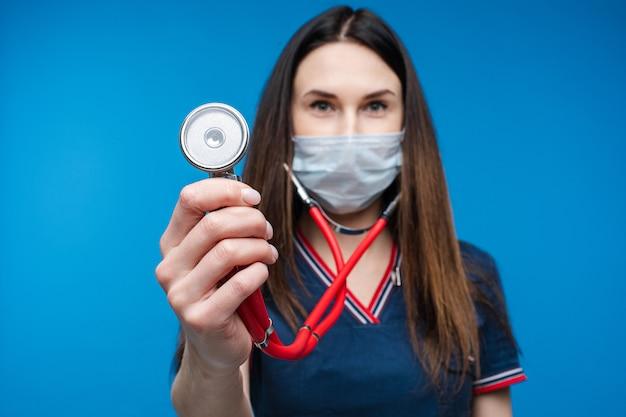 手に聴診器で制服を着た救急救命士
