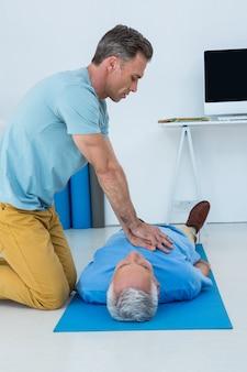 患者に蘇生を行う救急救命士