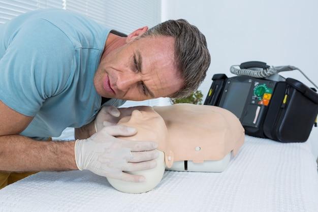 ダミーで蘇生を練習している救急救命士
