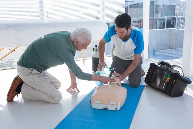 マネキンの心肺蘇生法を練習している救急隊員