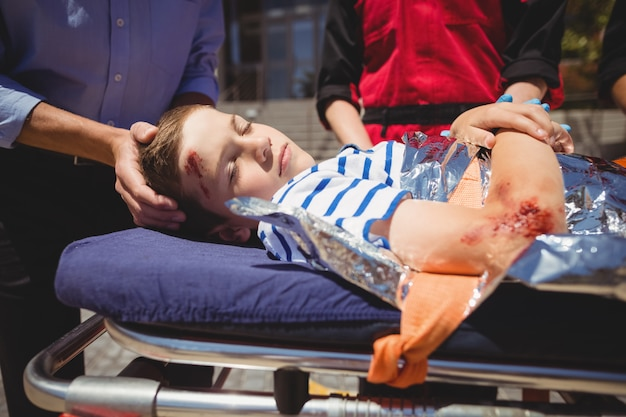 救急隊員が緊急時に患者を急ぐ