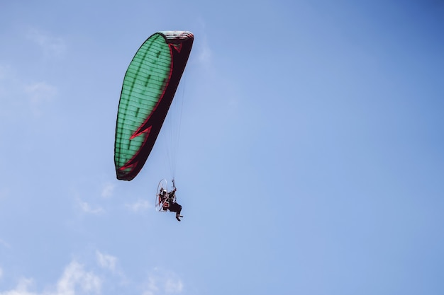 푸른 하늘에 비행 paramotor