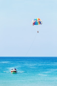 Крыло парасейла тянет на лодке. parasailing.