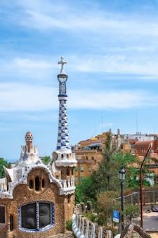 바르셀로나의 특이한 건축 스타일의 도시 경관이 있는 parc guel 건물