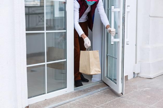 정문에 있는 소포 판지 상자.검역 중 좋은 상품의 door to door 배달, 문밖으로 배달, covid-19 잠금 동안 전자 상거래 구매, 사회적 거리 개념.