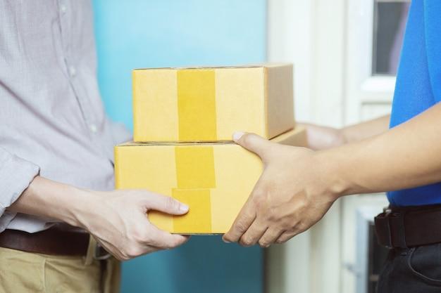 サービスによる荷物の小包配達人