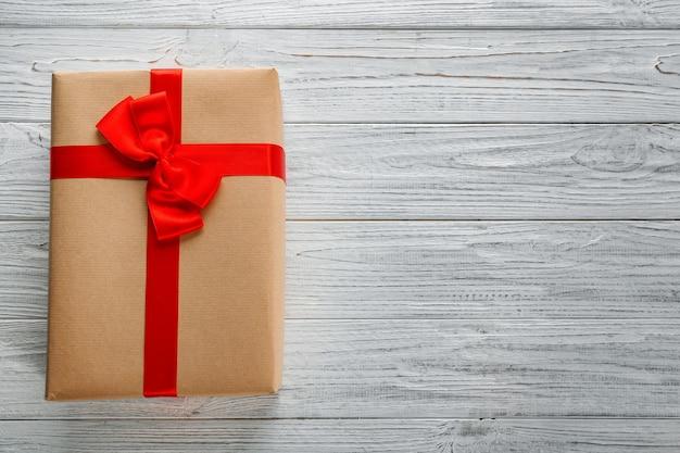 Подарочная коробка посылки на деревянном фоне