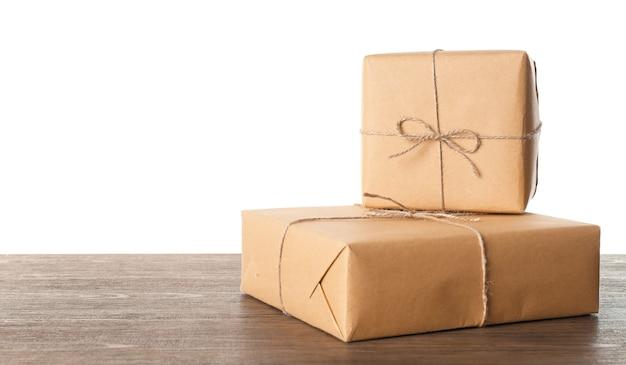 흰색 배경에 대해 나무 테이블에 소포 선물 상자