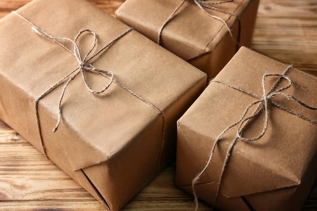 Подарочные коробки посылки на деревянном столе, крупным планом