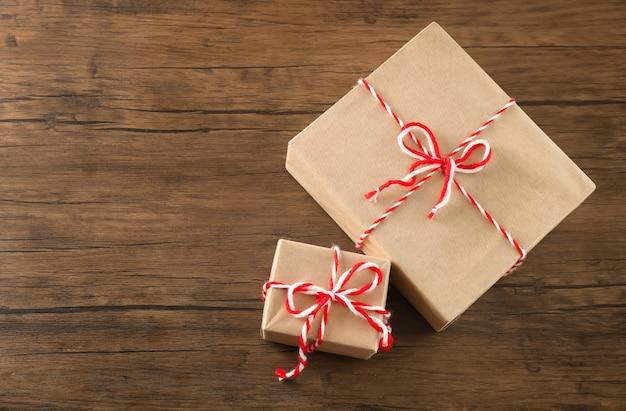 나무 테이블에 소포 선물 상자
