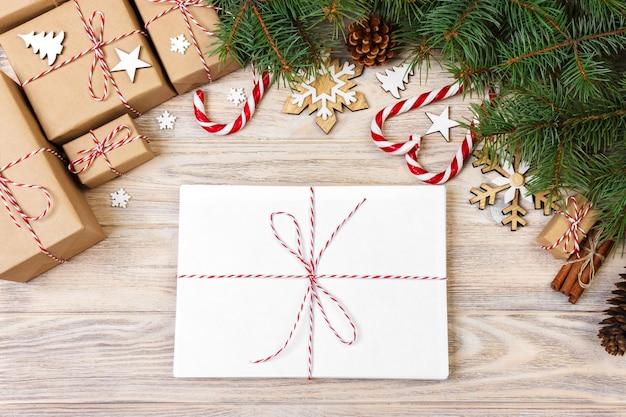 Посылка в конверте с еловыми ветками и елочными украшениями