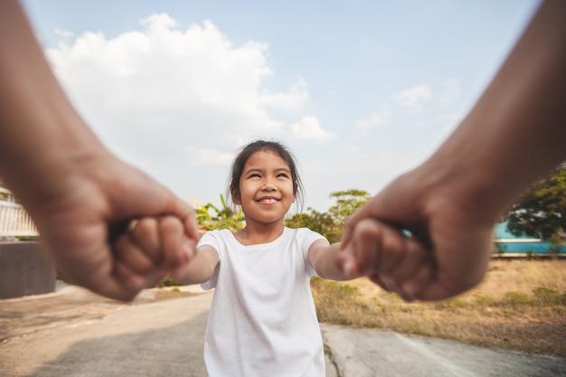 사랑과 관심과 함께 손을 잡고 부모와 아시아 아이 소녀