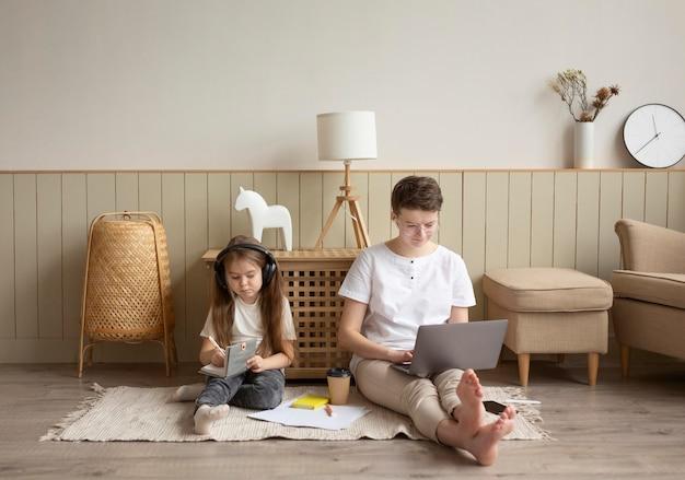 Родитель и ребенок на полу, полный кадр