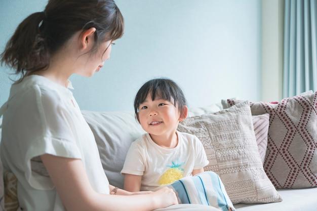 Родитель и ребенок на диване
