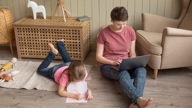 바닥에 집에서 부모와 아이