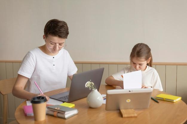 Родитель и ребенок, сидя за столом