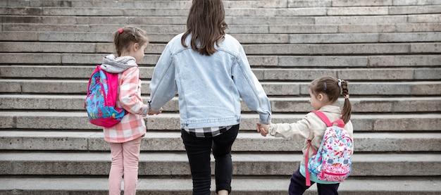 小学校の親と生徒は手をつないで行きます。