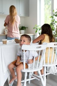 Genitore che trascorre del tempo di qualità con i propri figli