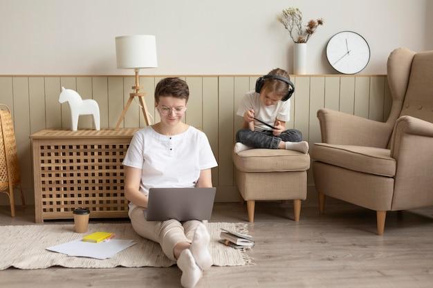 Genitore che lavora al piano completo