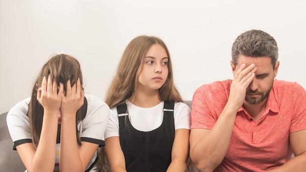 부모의 권리. 엄마와 아빠 사이의 아이. 가족치료. 문제가 있는 아이를 둔 부모. 엄마 아빠와 딸. 생명 보험 및 입양. 친자 관계.