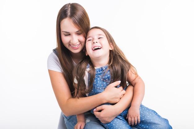 子育て、家族、子供のコンセプト-母親と彼女の女の赤ちゃんの肖像画は楽しくて笑顔です