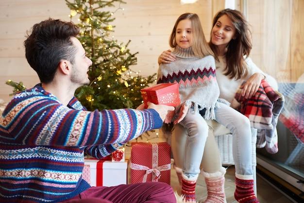 선물을 교환하는 부모와 딸