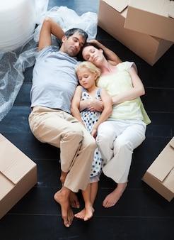 親と娘が床で眠っている