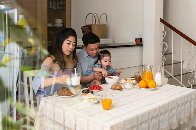 テーブルミディアムショットでの親と子供