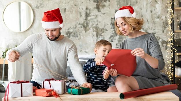 Родители и ребенок вместе на рождество