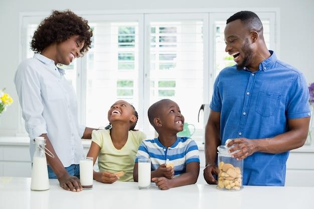 親と子供が互いに対話する