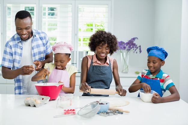 両親と子供たちがキッチンで食事の準備