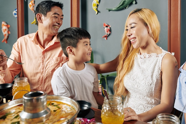 両親と息子が夕食を食べる