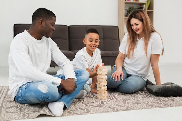 両親と息子が一緒にゲームをプレイ
