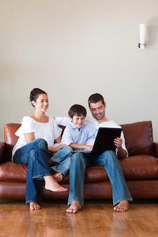 コピースペースを備えたラップトップで遊んでいる両親と息子