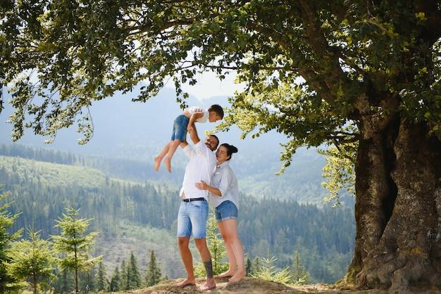 Родители и сын отдыхают на природе