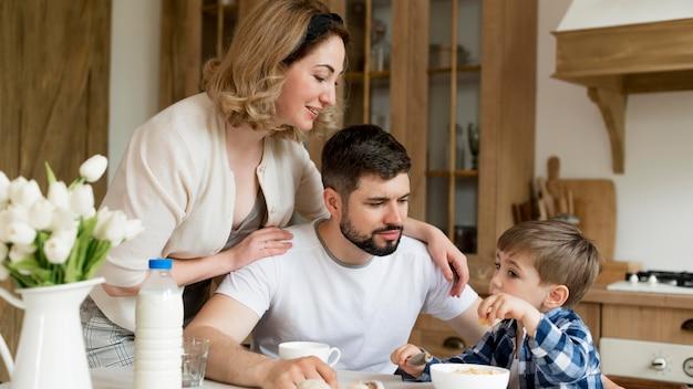 Родители и сын проводят время вместе