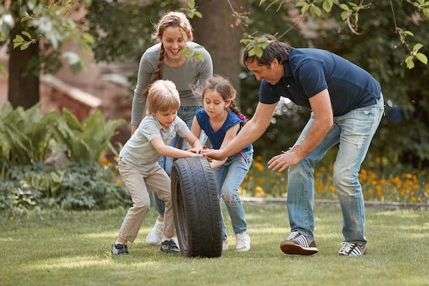 Родители и их дети веселятся вместе городской жизнью