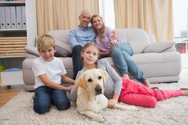 래브라도와 소파에 부모와 자녀