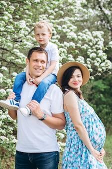 공원에서 부모와 그들의 작은 아들