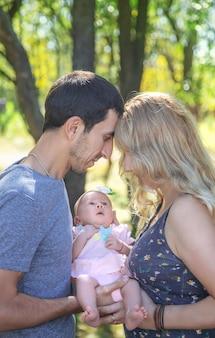 부모는 자연에서 신생아를 안고 있습니다. 선택적 초점. peoploe.