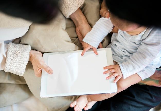 親は子供たちにデジタルデバイス共有を使用しています。