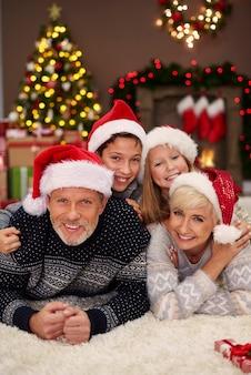 Genitori e figli che si divertono insieme