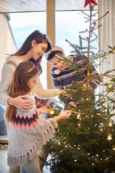 Genitori e figlia che si preparano per il natale