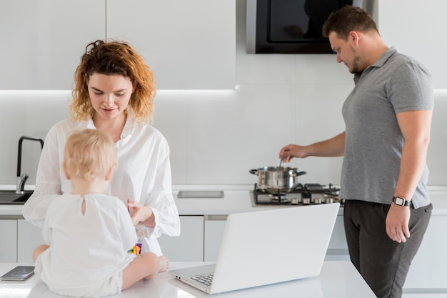 Родители делают работу на дому