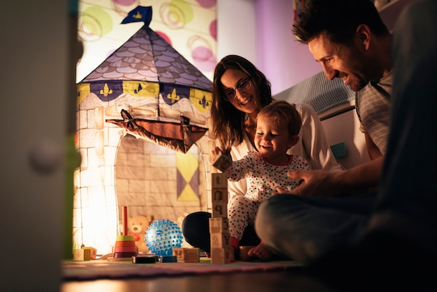 집에서 아들과 놀고 즐기는 부모. 가족 개념.