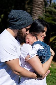 親は子供を腕に抱きます