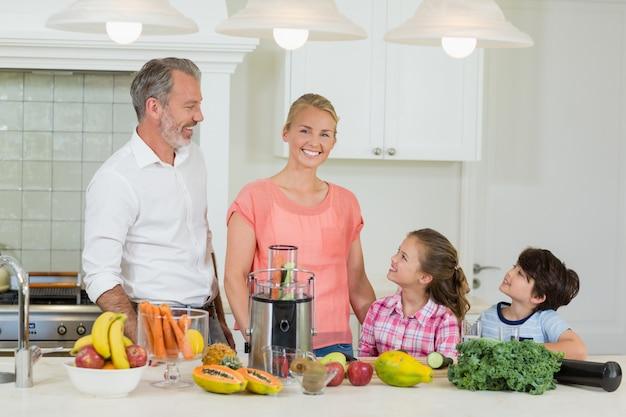 Родители общаются со своими детьми на кухне